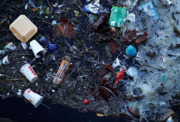 Nhựa và chất thải khác trôi nổi trên Hồ Marine tại bãi biển New Brighton gần Liverpool, Anh vào ngày 11/2/2019. Ảnh: Phil Noble