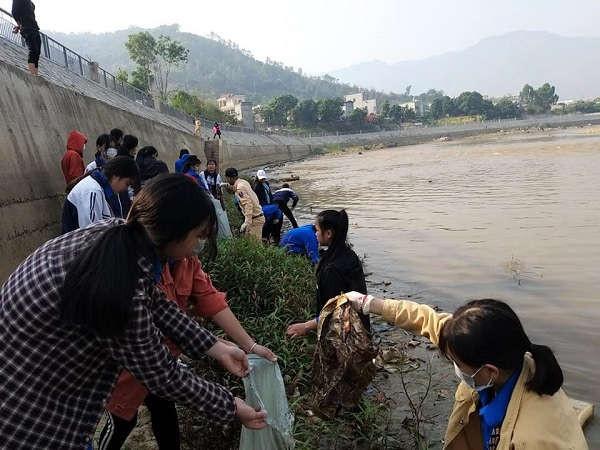 hơn 300 đoàn viên thanh niên, cán bộ và người dân thị trấn Sông Mã đã chung tay thu gom rác dưới lòng sông Mã
