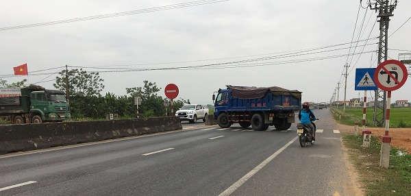 Xe tải vận chuyển phế thải từ công trình ra nhà máy gạch