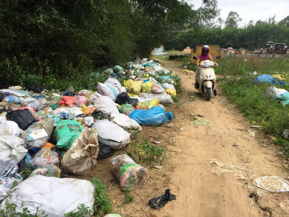 Rác thải ùn ứ, không được xử lý tại xã Nghĩa Hòa, huyện Tư Nghĩa