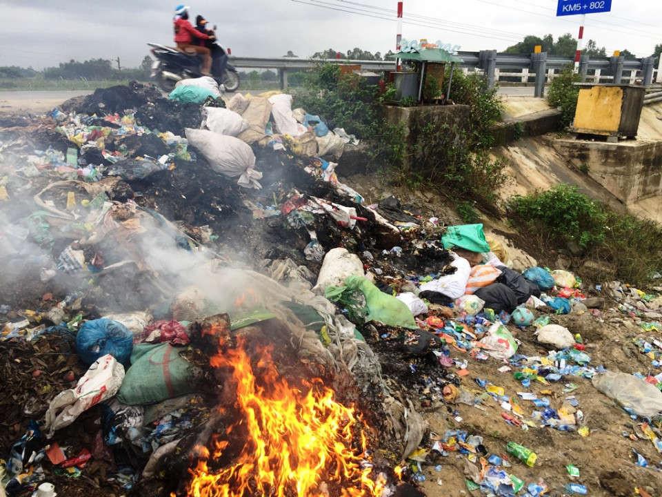 Không có nơi xử lý rác, người dân Quảng Ngãi phải tự xử lý rác bằng cách đốt