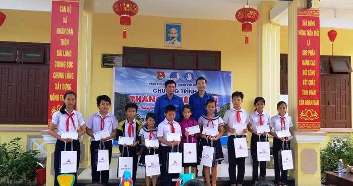 Tặng 30 suất quà cho các em thiếu nhi có hoàn cảnh khó khăn vượt khó học giỏi của xã Tân Hiệp