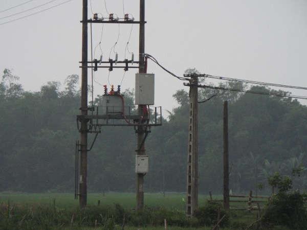 Cột mới được thay thế, cột điện cũ thừa ngay biên trạm biến áp