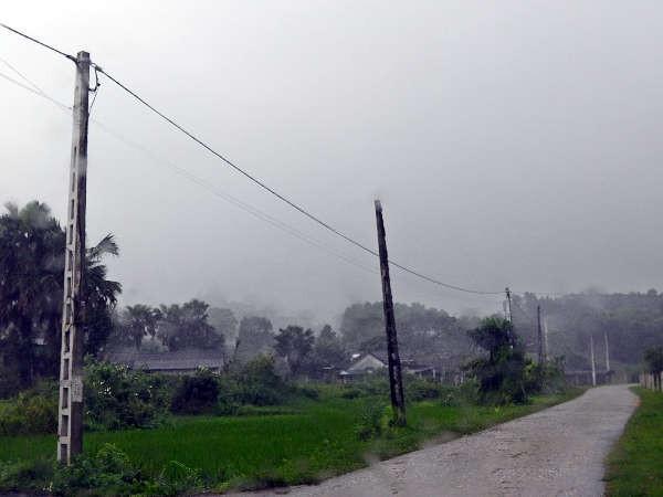 Cột điện dư thừa không được thu hồi trên tuyến đường liên xã tại Sơn Thọ, huyện Vũ Quang