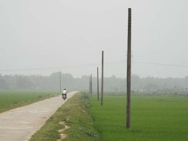 Hàng cột viễn thông nhà mạng Viettel nằm trơ trọi khong dây từ xã Đức La đi Đức Quang ở huyện Đức Thọ