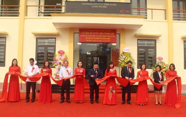 Các đồng chí lãnh đạo tỉnh, huyện cắt băng ra mắt Bộ phận phục vụ hành chính công cấp huyện, xã tại huyện Yên Bình