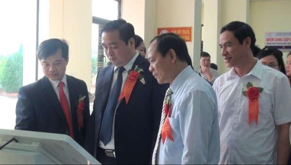 Các đồng chí lãnh đạo tỉnh và huyện Yên Bình thăm quan Bộ phận phục vụ hành chính công huyện Yên Bình