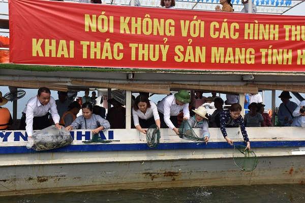Sơn La thả trên 200.000 con cá giống trên lòng hồ Thủy điện Sơn La
