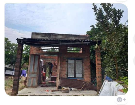 Một ngôi nhà của người dân xã Quế An bị tốc mái do lốc xoáy gây ra