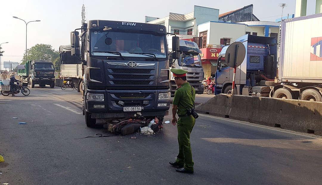 Xe máy bị cuốn vào gầm xe tải biến dạng, bà Huỳnh Thị Ng. (51 tuổi, trú xã Bình Quế, huyện Thăng Bình) nguy kịch được người dân đưa đi cấp cứu