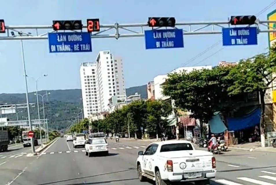 Đoàn xe phóng vun vút vượt đèn đỏ trên đường Ngô Quyền TP. Đà Nẵng