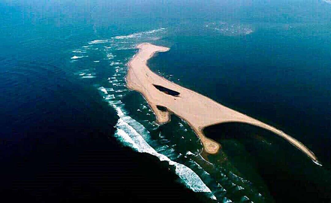 """Đảo cát """"khủng long"""" nổi bất thường tại biển Cửa Đại (Hội An)"""