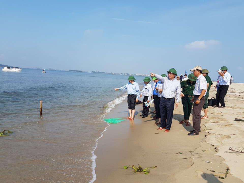 Tổng cục Phòng chống Thiên tai, Bộ NN-PTNT, lãnh đạo UBND tỉnh Quảng Nam và các ngành chức năng kiểm tra đảo cát nổi lên bất thường tại khu vực biển Cửa Đại