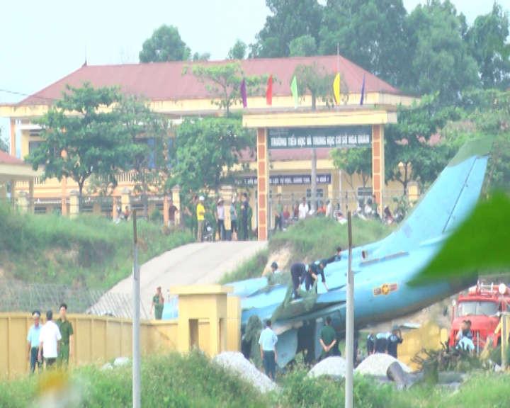 Vị trí máy bay gặp nạn ngay trước cổng trường tiểu học và THCS Nga Quán nhưng may mắn không có thương vong