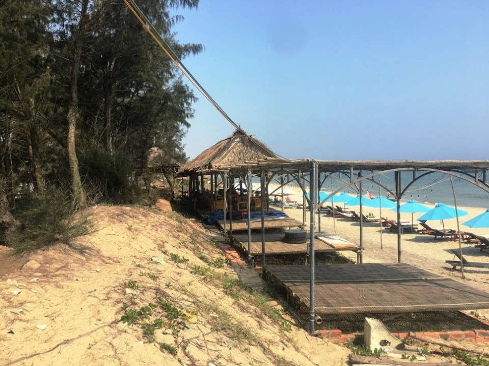 Các lều quán, nhà chòi mọc trái phép, lấn chiếm bãi biển An Bàng