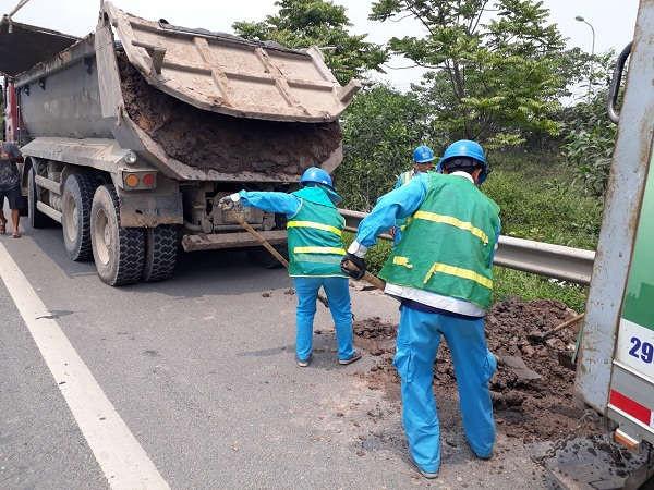Bắt quả tang xe tải rơi vãi bùn đất trên Đại lộ Thăng Long