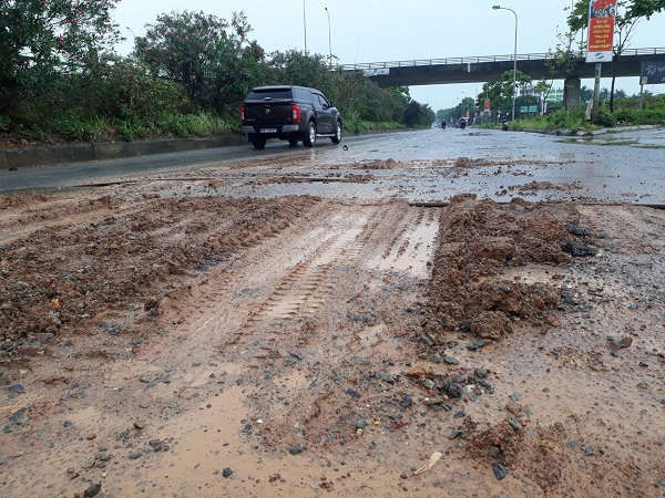 Đại lộ Thăng Long nhầy nhụa đất đá, phế thải