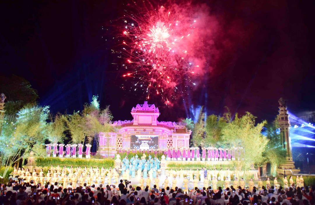 Festival Nghề truyền thống Huế 2019 vừa được tổ chức đã thu hút đông đảo khách du lịch đến với Cố đô