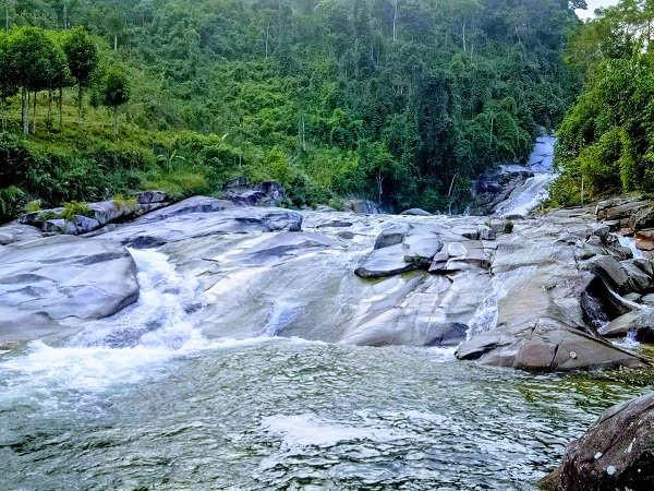 Thác Bảy Tầng ở bản Hủa Mương, xã Hạnh Dịch, huyện Quế Phong (Nghệ An)