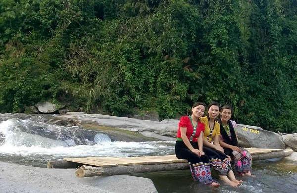Những cô gái Thái cũng đi khám phá thác