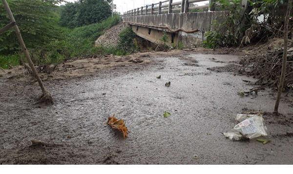 Nhức nhối tình trạng xả bậy phân bùn bể phốt ra ngoài môi trường