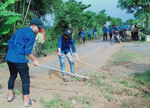 Thanh niên huyện Vũ Quang tích cực tham gia công tác vệ sinh môi trường