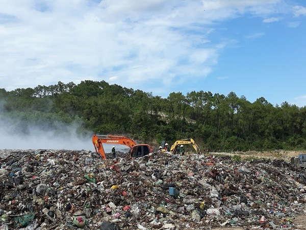 Vấn đề xử lý chất thải rắn sinh hoạt ở Nghệ An đang còn tồn tại rất nhiều bất cập (trong ảnh là bãi rác Ngọc Sơn, huyện Quỳnh Lưu quá tải gây ô nhiễm nghiêm trọng)