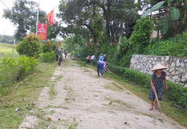 Người dân xã Đức Lĩnh dọn vệ sinh, cắt tỉa cây hàng rào xanh, phát quang cây cối trên các tuyến đường tự quản