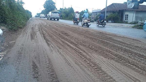 Đại lộ Thăng Long lại ngập trong bùn đất, phế thải