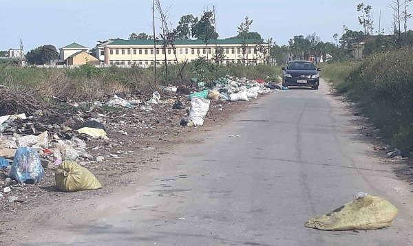 """Bãi rác thải """"khổng lồ"""" tại xóm Tân Hồ, xã Nghi Xuân (Nghi Lộc). Rác tràn ra cả đường ở xóm Tân Hồ, ảnh hưởng lớn đến người tham gia giao thông"""