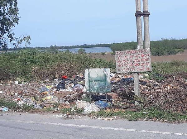 Rác thải đổ ngay ven đường du lịch sinh thái ven sông Lam đoạn qua khối Tân Nho, phường Nghi Hải (thị xã Cửa Lò)