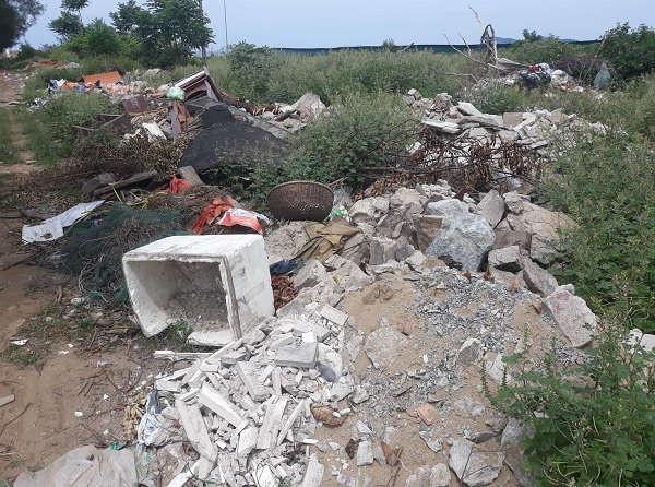 Rác thải tập kết bừa bãi sát đường Bình Minh, đoạn qua Khối 1, phường Nghi Thủy (thị xã Cửa Lò)