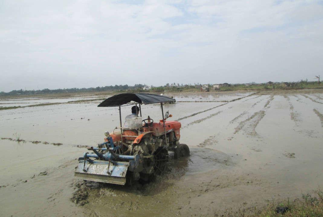 Người nông dân gặp nhiều khó khăn trong việc gieo cấy vụ Hè Thu
