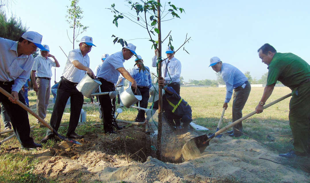 Các đại biểu tham gia trồng cây xanh trên nhiều tuyến đường, khu vực trong Khu công nghiệp Điện Nam - Điện Ngọc