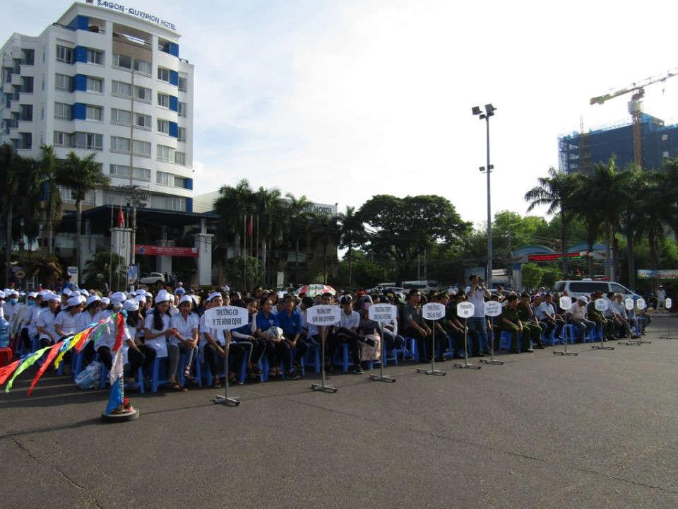 Lễ mít tinh có 700 cán bộ công chức, viên chức, chiến sĩ, đoàn viên thanh niên, sinh viên, học sinh và đại diện dân cư các phường ven biển tham gia