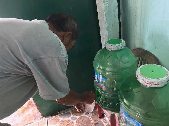Giếng nước bị nhiễm mặn, không thể sử dụng, buộc người dân phải mua nước bình về sử dụng, mỗi ngày phải mất thêm một kinh phí từ 40 - 50 nghìn đồng