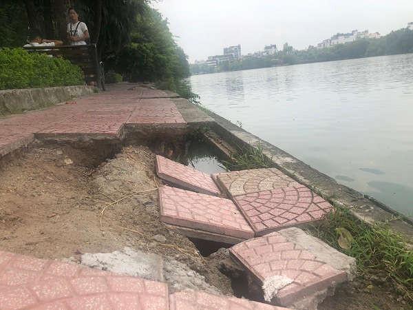 Phần đường đi dạo ven hồ nhiều viên gạch đã bị bong tróc