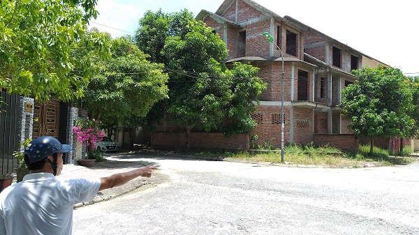 Dãy biệt thự đã xây xong phần thô, nằm trên khu đất trước đây phê duyệt là khu vui chơi, công cộng