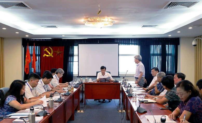 Viện trưởng Viện Khoa học Địa chất và Khoáng sản Trần Tân Văn báo cáo tại cuộc họp