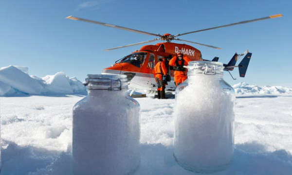 Các nhà khoa học thu thập các mẫu tuyết từ vòng Bắc Cực. Ảnh: Melanie Bergmann / Alfred-Wegener-Instut / Science Advances