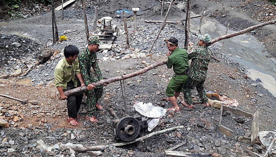 Đoàn liên ngành huyện Nam Giang tiến hành phá hủy máy nổ phục vụ việc khai thác vàng trái phép trong vùng lõi Khu bảo tồn thiên nhiên Sông Thanh