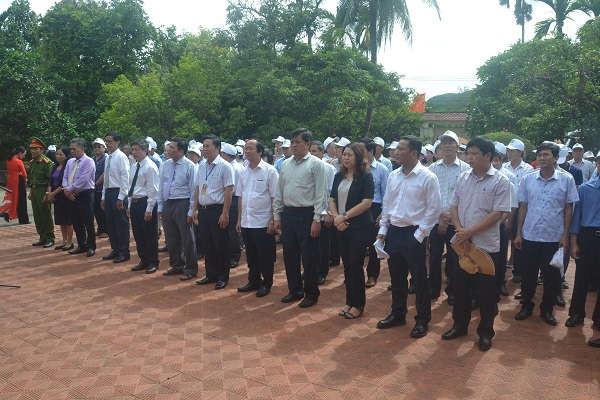 Đoàn công tác thắp hương lại nhà lưu niệm cụ Huỳnh Thúc Kháng