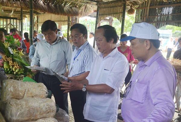 Thứ trưởng Bộ TN&MT Võ Tuấn Nhân tham quan các gian hàng sản phẩm nông nghiệp của huyện Tiên Phước