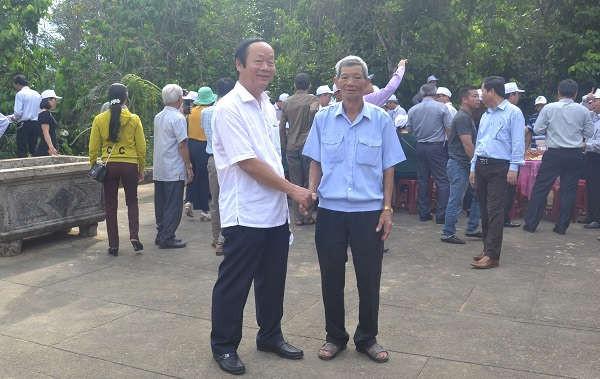 Thứ trưởng Võ Tuấn Nhânthăm hỏi các bô lão tại thôn Lộc Yên, xã Tiên Phước.