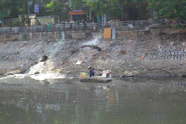 Hàng ngày, công nhân vệ sinh vẫn dọn dẹp, đi thuyền vớt rác