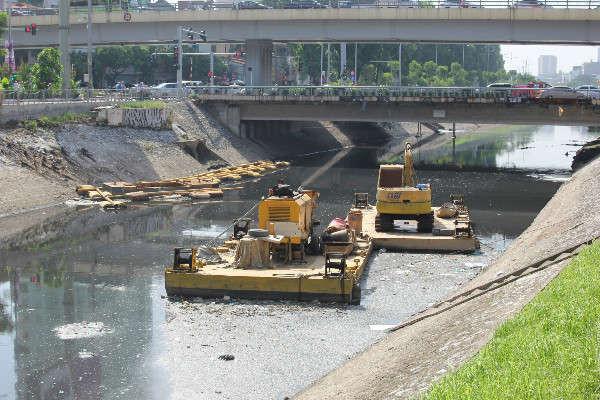 Máy móc dùng để xử lý ô nhiễm trên sông Tô Lịch