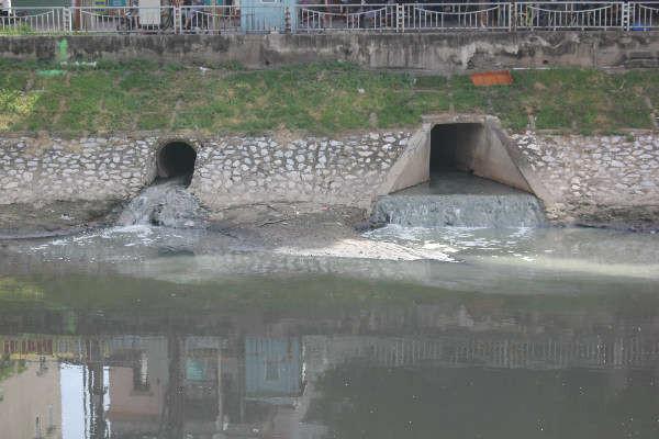 Tại một số cửa cống, nước thải sinh hoạt đen kịt, bốc mùi hôi tanh vẫn chảy thẳng xuống sông