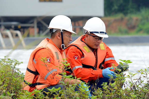 Cán bộ môi trường Công ty Masan Tài Nguyên kiểm tra chất lượng nước tại trạm xử lý nước xả thải