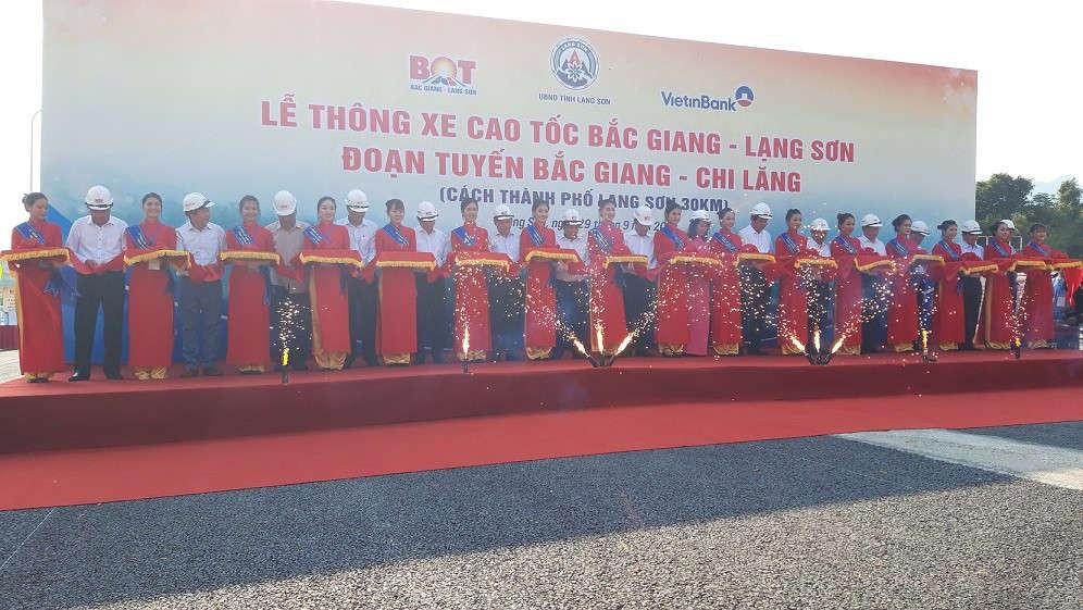 Phó Thủ tướng Trịnh Đình Dũng cắt băng tại Lễ thông xe cao tốc Bắc Giang - Lạng Sơn.