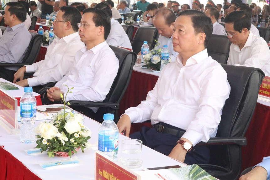 Bộ trưởng Bộ TN&MT Trần Hồng Hà (ngoài cùng bên phải) dự Lễ thông xe.